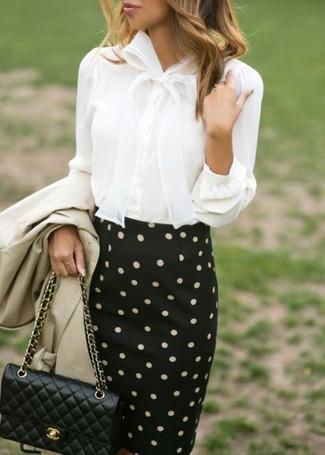Wie kombinieren: hellbeige Trenchcoat, weiße Bluse mit Knöpfen, schwarzer und weißer gepunkteter Bleistiftrock, schwarze gesteppte Leder Umhängetasche