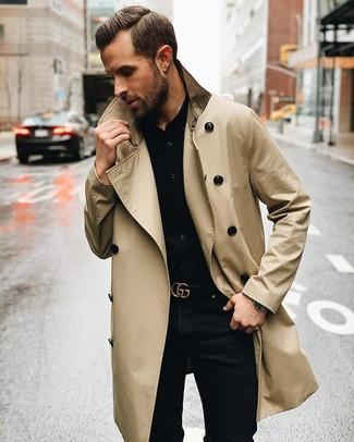 Wie kombinieren: hellbeige Trenchcoat, schwarzes Businesshemd, schwarze enge Jeans, schwarzer Ledergürtel