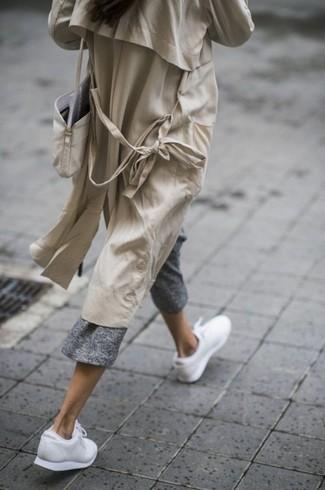 Weiße Sportschuhe kombinieren – 122 Damen Outfits: Wenn Sie ein entspanntes Outfit kreieren möchten, bleiben ein hellbeige Trenchcoat und ein grauer Hosenrock ein Klassiker. Weiße Sportschuhe leihen Originalität zu einem klassischen Look.