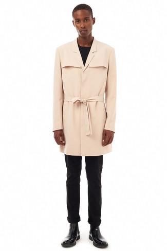 Wie kombinieren: hellbeige Trenchcoat, schwarzes Langarmshirt, schwarze Chinohose, schwarze Chelsea-Stiefel aus Leder