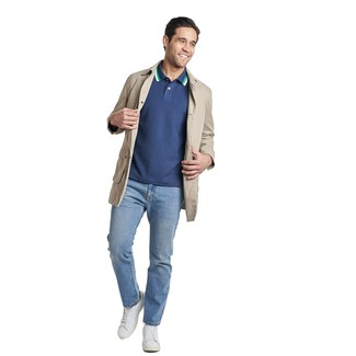 Wie kombinieren: hellbeige Trenchcoat, dunkelblaues Polohemd, hellblaue Jeans, weiße Leder niedrige Sneakers