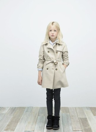 Wie kombinieren: hellbeige Trenchcoat, grauer Pullover, schwarze Jeans, schwarze Stiefel