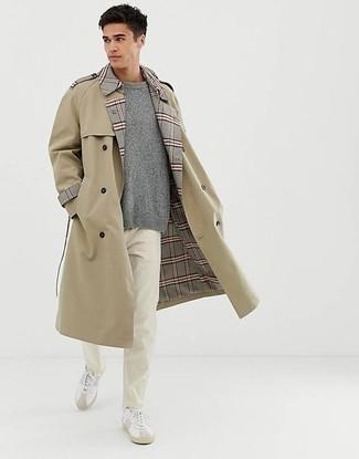 Smart-Casual Frühling Outfits Herren 2021: Kombinieren Sie einen hellbeige Trenchcoat mit einer weißen Chinohose, um einen eleganten, aber nicht zu festlichen Look zu kreieren. Suchen Sie nach leichtem Schuhwerk? Entscheiden Sie sich für weißen Leder niedrige Sneakers für den Tag. Ein tolles Frühlings-Outfit.