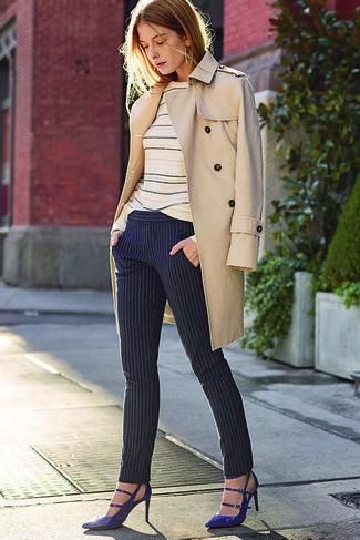 Wie kombinieren: hellbeige Trenchcoat, hellbeige horizontal gestreifter Pullover mit einem Rundhalsausschnitt, dunkelblaue vertikal gestreifte enge Hose, dunkelblaue Leder Pumps