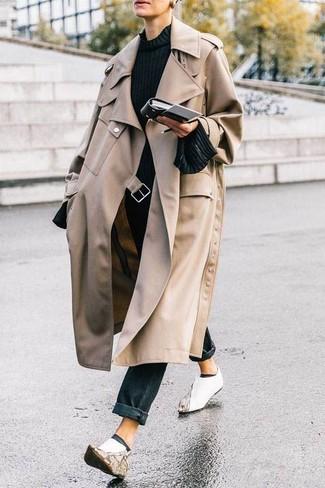Wie kombinieren: hellbeige Trenchcoat, schwarzer Pullover mit einem Rundhalsausschnitt, schwarze Jeans, weiße Leder Stiefeletten
