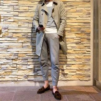Wie kombinieren: hellbeige Trenchcoat, weißer und dunkelblauer horizontal gestreifter Pullover mit einem Rundhalsausschnitt, graue Jogginghose, dunkelbraune Wildleder Slipper mit Quasten