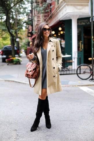 Vereinigen Sie einen hellbeige Trenchcoat mit einem dunkelgrauen Wollschwingendem kleid für ein Alltagsoutfit, das Charakter und Persönlichkeit ausstrahlt. Ergänzen Sie Ihr Look mit schwarzen Kniehohe Stiefeln aus Wildleder.