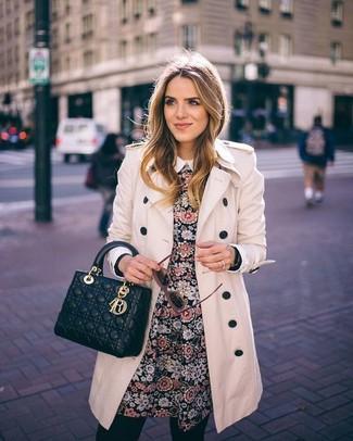Paaren Sie einen hellbeige Trenchcoat mit einem schwarzen Skaterkleid mit Blumenmuster für ein großartiges Wochenend-Outfit.