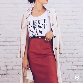 Wie kombinieren: hellbeige Trenchcoat, schwarzes und weißes bedrucktes T-Shirt mit einem Rundhalsausschnitt, roter Leder Bleistiftrock, schwarzer Ledergürtel