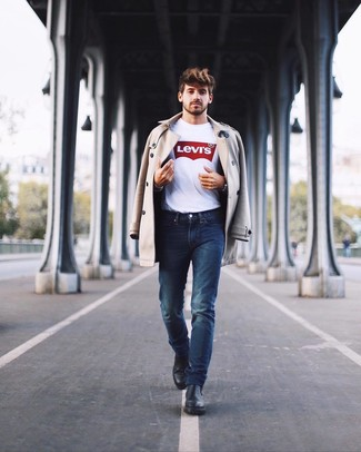 Wie kombinieren: hellbeige Trenchcoat, weißes und rotes bedrucktes T-Shirt mit einem Rundhalsausschnitt, dunkelblaue Jeans, schwarze Chelsea-Stiefel aus Leder