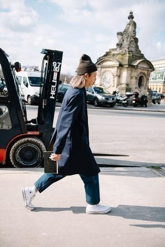 Dunkelbraune Mütze kombinieren – 68 Herren Outfits: Kombinieren Sie einen dunkelblauen Trenchcoat mit einer dunkelbraunen Mütze für einen entspannten Wochenend-Look. Weiße hohe Sneakers aus Segeltuch sind eine großartige Wahl, um dieses Outfit zu vervollständigen.