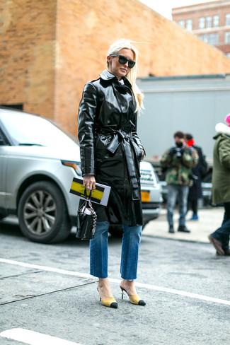 Wie kombinieren: schwarzer Leder Trenchcoat, blaue Jeans, gelbe Wildleder Pumps, schwarze Lederhandtasche