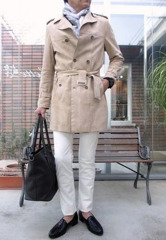 Schwarze geflochtene Leder Slipper kombinieren – 26 Herren Outfits: Stechen Sie unter anderen modebewussten Menschen hervor mit einem hellbeige Trenchcoat und weißen Jeans. Fühlen Sie sich mutig? Entscheiden Sie sich für schwarzen geflochtenen Leder Slipper.