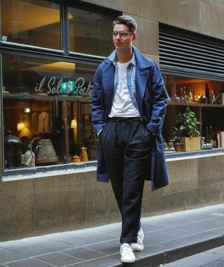 Wie kombinieren: dunkelblauer Trenchcoat, hellblaues Jeanshemd, weißes T-Shirt mit einem Rundhalsausschnitt, schwarze Leinen Chinohose