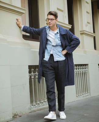 Wie kombinieren: dunkelblauer Trenchcoat, hellblaues Jeanshemd, weißes T-Shirt mit einem Rundhalsausschnitt, schwarze Chinohose
