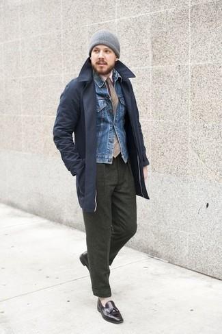 Beige Krawatte mit Schottenmuster kombinieren – 23 Herren Outfits: Erwägen Sie das Tragen von einem dunkelblauen Trenchcoat und einer beige Krawatte mit Schottenmuster für eine klassischen und verfeinerte Silhouette. Dunkelbraune Leder Slipper mit Quasten sind eine kluge Wahl, um dieses Outfit zu vervollständigen.