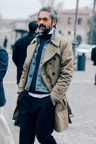 Wie kombinieren: beige Trenchcoat, blaue Jeansjacke, dunkelblauer Pullover mit einem Rundhalsausschnitt, weißes Langarmhemd