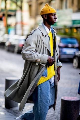 Wie kombinieren: hellbeige Trenchcoat, blaue Jeansjacke, gelber Pullover mit einem Rundhalsausschnitt, weißes Langarmhemd