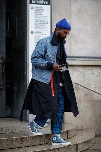 Wie kombinieren: schwarzer Trenchcoat, blaue Jeansjacke, dunkelblaues Sweatshirt, weißes T-Shirt mit einem Rundhalsausschnitt