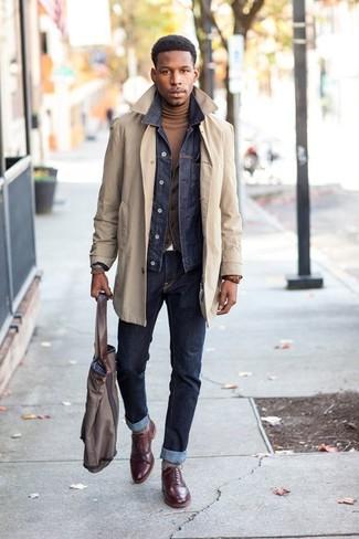Graue Shopper Tasche aus Segeltuch kombinieren: trends 2020: Vereinigen Sie einen hellbeige Trenchcoat mit einer grauen Shopper Tasche aus Segeltuch für einen entspannten Wochenend-Look. Heben Sie dieses Ensemble mit dunkelroten Leder Brogues hervor.