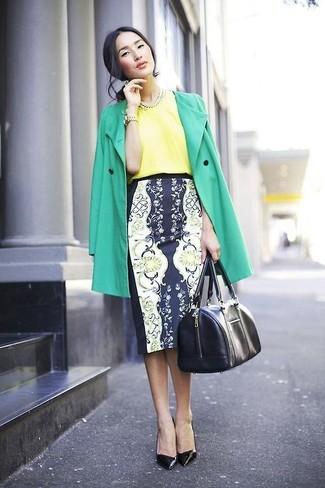 grüner Trenchcoat, gelbe Kurzarmbluse aus Seide, dunkelblauer und weißer Bleistiftrock mit Blumenmuster, schwarze Leder Pumps für Damen