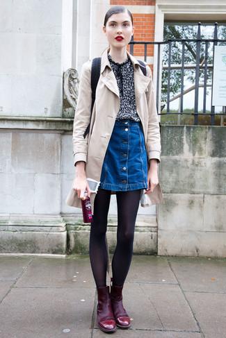 Wie kombinieren: hellbeige Trenchcoat, schwarze bedruckte Kurzarmbluse, blauer Jeansrock mit knöpfen, dunkelrote Wildleder Stiefeletten