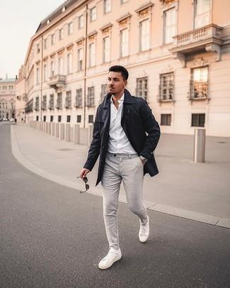 Dunkelblauen Trenchcoat kombinieren – 101 Herren Outfits: Kombinieren Sie einen dunkelblauen Trenchcoat mit einer grauen Chinohose für Drinks nach der Arbeit. Fühlen Sie sich mutig? Ergänzen Sie Ihr Outfit mit weißen Segeltuch niedrigen Sneakers.