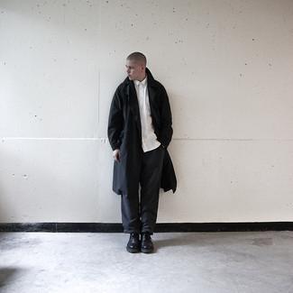 Dunkelgraue Chinohose kombinieren – 500+ Frühling Herren Outfits: Erwägen Sie das Tragen von einem schwarzen Trenchcoat und einer dunkelgrauen Chinohose, um einen eleganten, aber nicht zu festlichen Look zu kreieren. Schalten Sie Ihren Kleidungsbestienmodus an und machen schwarzen klobigen Leder Derby Schuhe zu Ihrer Schuhwerkwahl. Dieser Look eignet sich wunderbar für die Übergangszeit.
