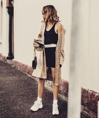 Schwarzes kurzes Oberteil kombinieren – 295 Damen Outfits: Um einen stylischen, lässigen Look zu schaffen, probieren Sie diese Paarung aus einem schwarzen kurzem Oberteil und einer schwarzen Radlerhose. Wenn Sie nicht durch und durch formal auftreten möchten, komplettieren Sie Ihr Outfit mit weißen Sportschuhen.