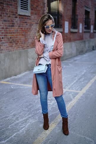Dunkelbraune Wildleder Stiefeletten kombinieren – 176 Damen Outfits: Probieren Sie diese Kombi aus einem rosa leichten Trenchcoat und blauen engen Jeans - mehr brauchen Sie nicht, um einen Freizeit-Look zu erzielen. Dieses Outfit passt hervorragend zusammen mit dunkelbraunen Wildleder Stiefeletten.
