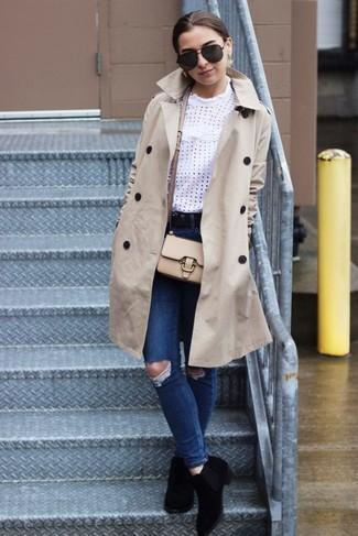 Hellbeige Trenchcoat kombinieren: trends 2020: Entscheiden Sie sich für einen hellbeige Trenchcoat und blauen enge Jeans mit Destroyed-Effekten, um einen modernen Casual-Look zu schaffen. Schwarze Chelsea Boots aus Wildleder sind eine ideale Wahl, um dieses Outfit zu vervollständigen.