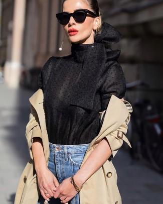 Goldenes Armband kombinieren: elegante Outfits: trends 2020: Um einen einfachen und lässigen City-Look zu erzeugen, probieren Sie die Paarung aus einem beige Trenchcoat und einem goldenen Armband.