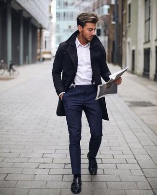 Herren Outfits & Modetrends: Vereinigen Sie einen schwarzen Trenchcoat mit einer dunkelblauen vertikal gestreiften Anzughose, um vor Klasse und Perfektion zu strotzen. Schwarze Doppelmonks aus Leder fügen sich nahtlos in einer Vielzahl von Outfits ein.
