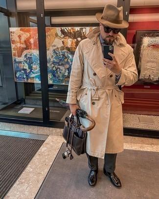 Herren Outfits 2021: Kombinieren Sie einen hellbeige Trenchcoat mit einer dunkelgrauen Anzughose für eine klassischen und verfeinerte Silhouette. Wenn Sie nicht durch und durch formal auftreten möchten, komplettieren Sie Ihr Outfit mit schwarzen Leder Slippern mit Quasten.