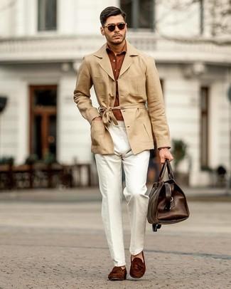 Wie kombinieren: beige Leinen Trenchcoat, rotbraunes Langarmhemd, weiße Leinen Chinohose, dunkelbraune Wildleder Slipper mit Quasten