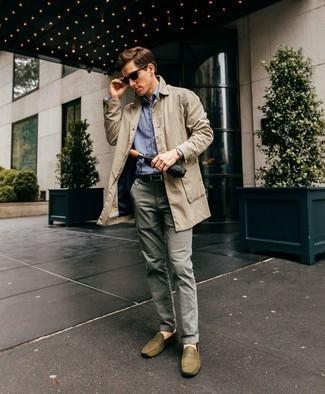 Graue Chinohose kombinieren: trends 2020: Die Paarung aus einem hellbeige Trenchcoat und einer grauen Chinohose ist eine kluge Wahl für einen Tag im Büro. Olivgrüne Leder Mokassins verleihen einem klassischen Look eine neue Dimension.