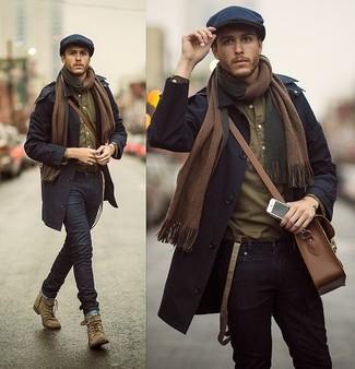 Vereinigen Sie einen dunkelblauen Trenchcoat mit schwarzen engen Jeans, wenn Sie einen gepflegten und stylischen Look wollen. Komplettieren Sie Ihr Outfit mit olivgrünen Wildlederstiefeln.
