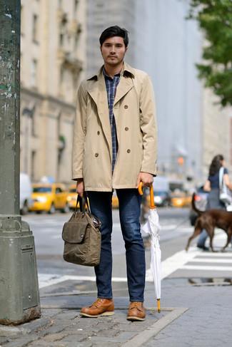 Wie kombinieren: beige Trenchcoat, dunkelblaues Langarmhemd mit Schottenmuster, dunkelblaue Jeans, beige Lederarbeitsstiefel