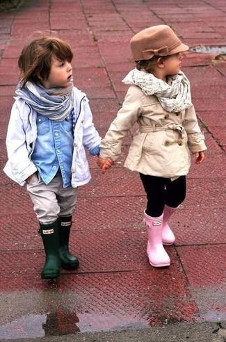 Wie kombinieren: weißer Trenchcoat, hellblaues Jeanslangarmhemd, graue Jeans, dunkelgrüne Gummistiefel
