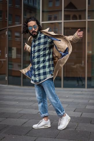Wie kombinieren: beige Trenchcoat, dunkelblaues Langarmhemd mit Schottenmuster, blaue Jeans, weiße Sportschuhe