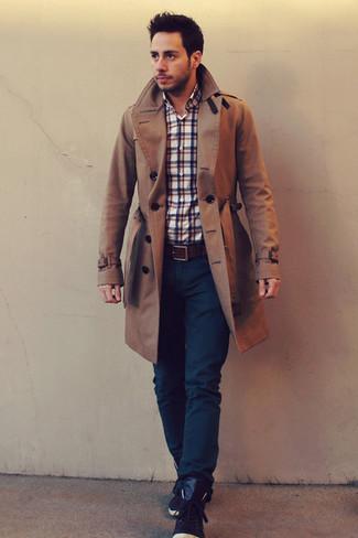 Wie kombinieren: brauner Trenchcoat, weißes und rotes und dunkelblaues Langarmhemd mit Schottenmuster, dunkelblaue Jeans, dunkelbraune hohe Sneakers aus Leder