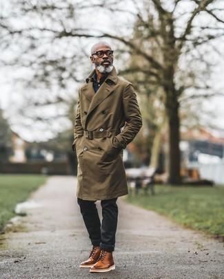 Herren Outfits 2020: Tragen Sie einen olivgrünen Trenchcoat und schwarzen Jeans für einen für die Arbeit geeigneten Look. Vervollständigen Sie Ihr Look mit rotbraunen Brogue Stiefeln aus Leder.