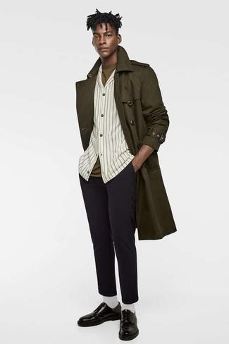 Wie kombinieren: olivgrüner Trenchcoat, hellbeige vertikal gestreiftes Langarmhemd, olivgrünes T-Shirt mit einem Rundhalsausschnitt, schwarze Wollchinohose
