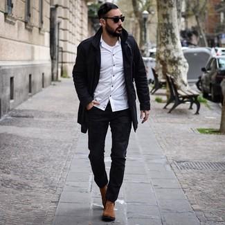 Wie kombinieren: schwarzer Trenchcoat, weißes Langarmhemd, weißes Trägershirt, schwarze Jeans mit Destroyed-Effekten