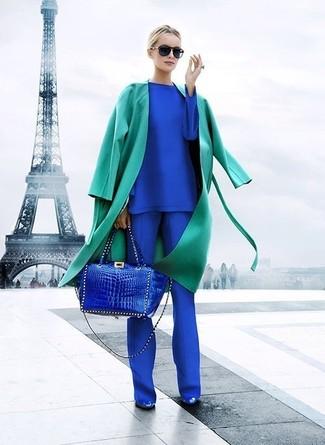 Wie kombinieren: grüner Trenchcoat, blaues Langarmshirt, blaue Anzughose, blaue Leder Pumps
