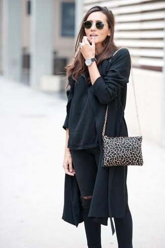 Paaren Sie einen schwarzen Trenchcoat mit schwarzen engen Jeans mit Destroyed-Effekten, um einen schicken, glamurösen Outfit zu schaffen.