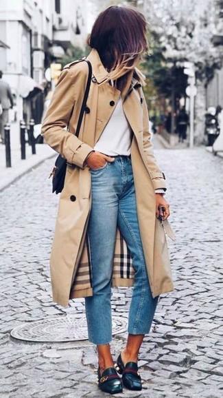 Beige Trenchcoat, Weißes Langarmshirt, Hellblaue Jeans, Schwarze Leder Slipper für Damen