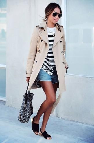 Paaren Sie einen hellbeige Trenchcoat mit blauen Jeansshorts für ein bequemes Outfit, das außerdem gut zusammen passt. Machen Sie diese Aufmachung leger mit schwarzen Flachen Sandalen aus Wildleder.