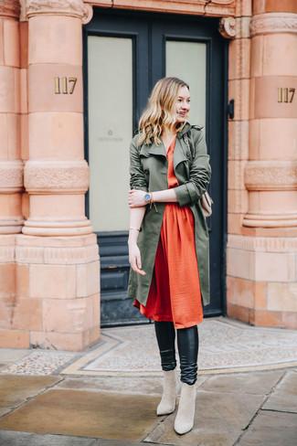 Wie kombinieren: olivgrüner Trenchcoat, orange Falten Midikleid aus Seide, schwarze Lederleggings, hellbeige Wildleder Stiefeletten