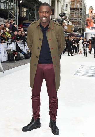 Wie kombinieren: olivgrüner Trenchcoat, dunkelblaues Polohemd, dunkelrote Chinohose, dunkelbraune hohe Sneakers aus Leder